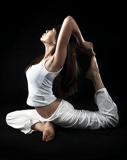 Een vrouwelijke yoga houding